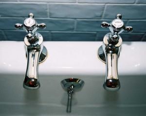 אינסטלטור--החלפת-ברזים-באמבטיה-ובמטבח